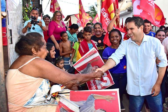 Moradores do Túnel do Sacavém cumprimentam prefeito Edivaldo. Fotos: A. Baeta