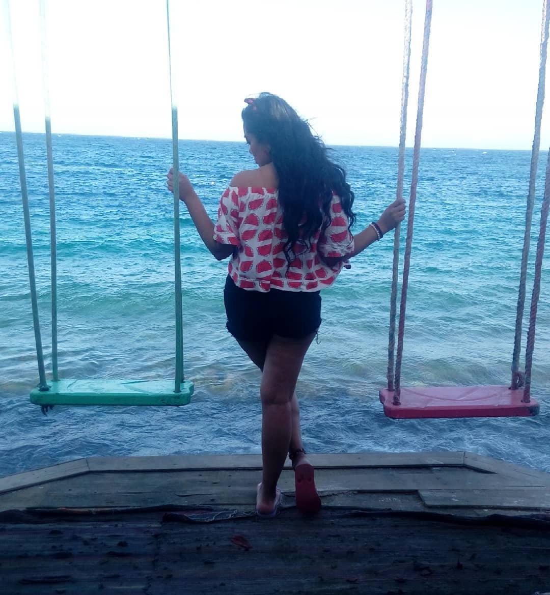 صور ملكة جمال العرب علياء كامل بإطلالة بحرية مثيرة