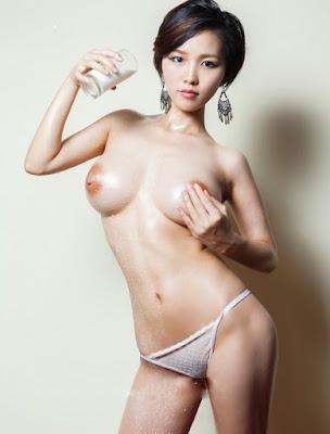 Model Korea Minum Segelas Susu Sambil Pamer Kedua Susu Gedenya
