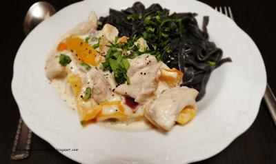 Potrawka z kurczaka z warzywami i czarnym makaronem