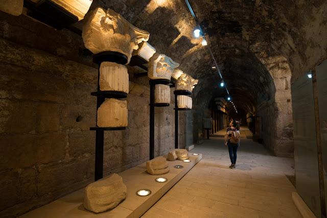 Exposición en la galería abobedada de Jerash
