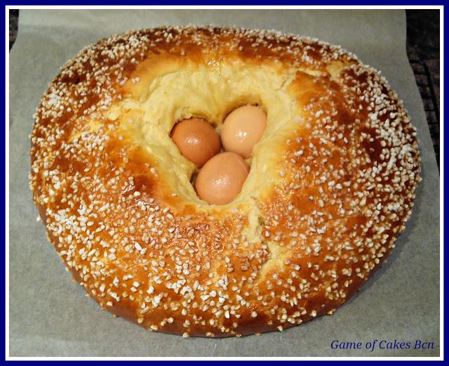 Mona de Pascua tradicional recién sacada del horno