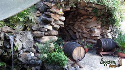 Gruta de pedra construída com pedra moledo, tipo pedra natural.