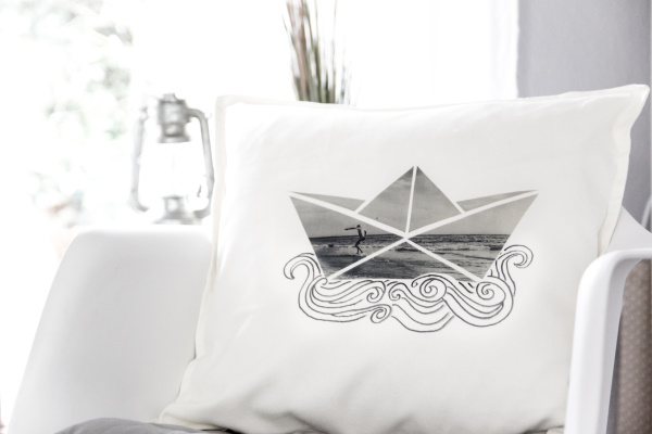 diy foto geschenk gestalte individuelles papierboot kissen als unikat auf dem sofa mit. Black Bedroom Furniture Sets. Home Design Ideas