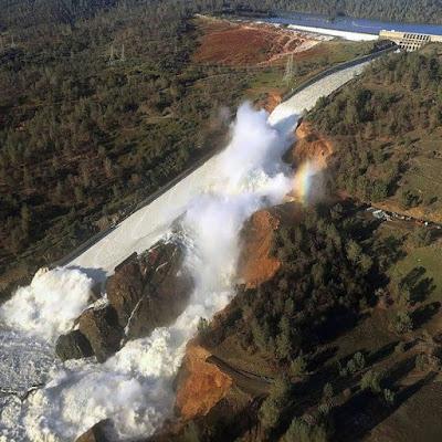 Le deversoir du barrage d'Oroville endommagé après des précipitations importantes et l'érosion de l'évacuateur de crues