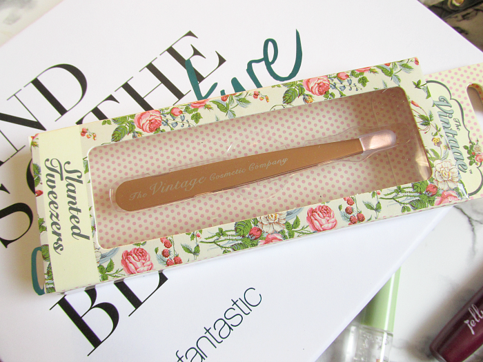 Unboxing: lookfantastic Beauty Box Januar - The Vintage Cosmetic Company - Slanted Tweezers - £8.00