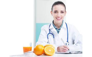 Nutricionista con fruta
