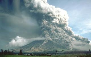 مئات الضحايا باندونيسيا بسبب ثورة بركان وموجة تسونامي