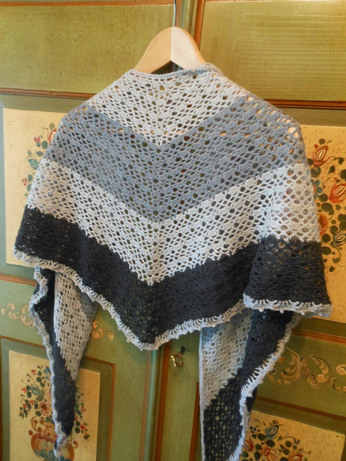 ac3cfd856fd E' fatto all'uncinetto; nei colori grigio chiaro, grigio medio ed  antracite, ma potete benissimo cambiare tonalità purchè troviate nello  stesso tipo di lana ...