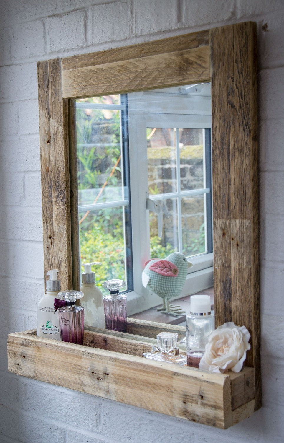 Best small space organization hacks 31 gorgeous rustic for Salle de bain en bois de palette