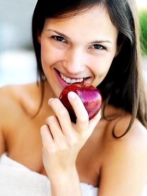 Mengkonsumsi buah yaitu salah satu contoh hidup dan gaya hidup sehat Dahsyatnya Manfaat Apel bagi Ibu Hamil
