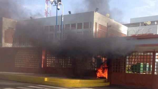 Colectivos Maduristas quemaron la entrada principal de la URBE en Maracaibo