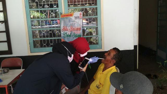 Mahasiswa profesi Kedokteran Gigi Unej sedang memeriksa para Abang Becak