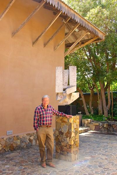 Jorge Covin, junto a escultura Caleuche