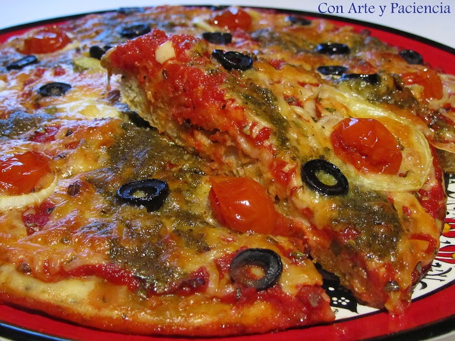 Pizza con salsa pesto y tomates cherry