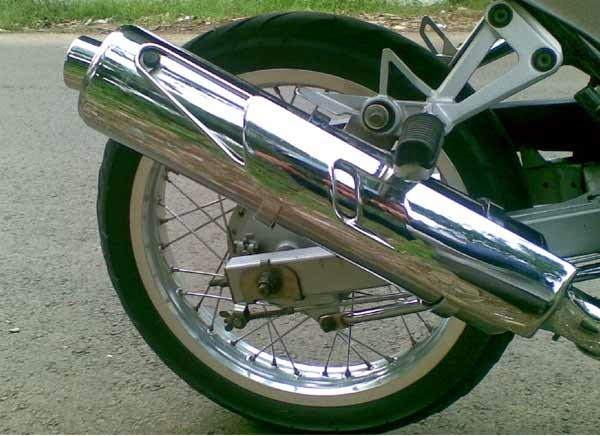 Mengapa knalpot motor berada di sebelah kanan?