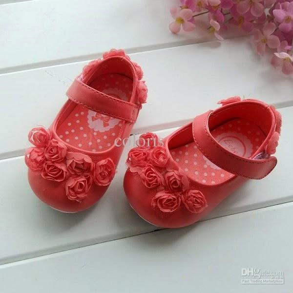 Chaussures avec des fleurs pour bébé fille