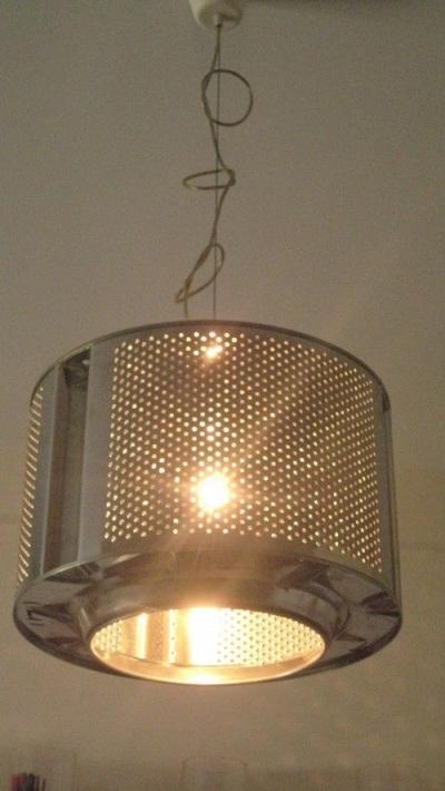 Lampu gantung dari drum mesin cuci.