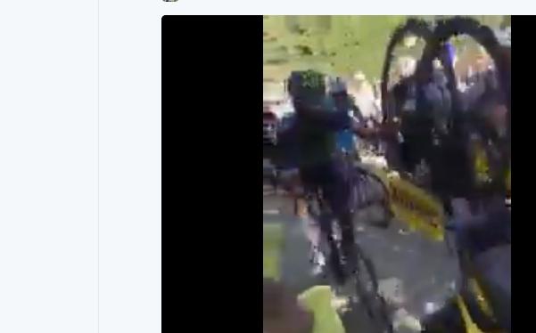 Nairo Quintana agarrado a una moto neutra de Mavic, justo despúes de la caída de Froome