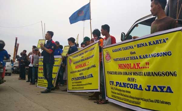 pemuda desa karangsong demo pemda indramayu