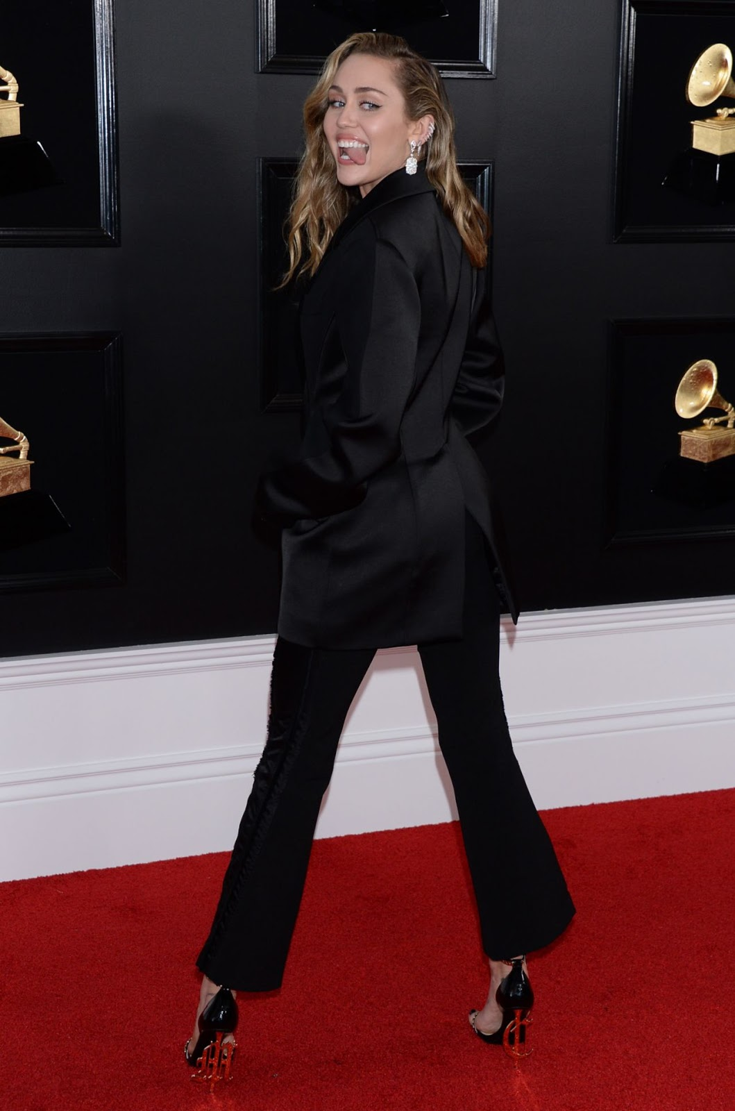 Miley Cyrus goes braless in black tuxedo at the 2019 Grammys