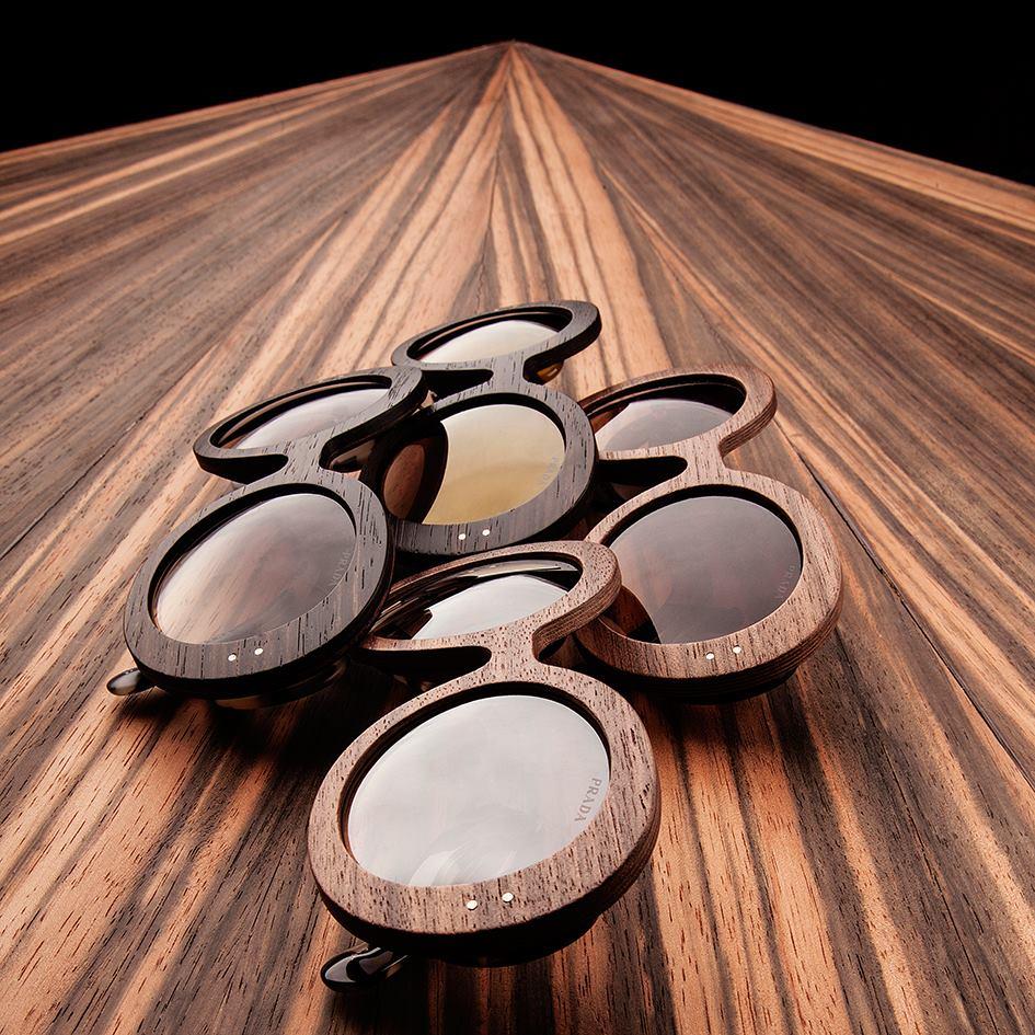 Muito bonitos, estes icônicos e minimalistas, óculos escuros da Prada em  madeira, que aparecem nesta Primavera   Verão, numa edição especial, a  Prada Raw. 3df9469bbb