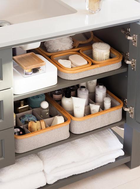 ordenar baño con el método konmari de forma exitosa con Marie Kondo la magia del orden con cajas de almacenaje dentro de armario