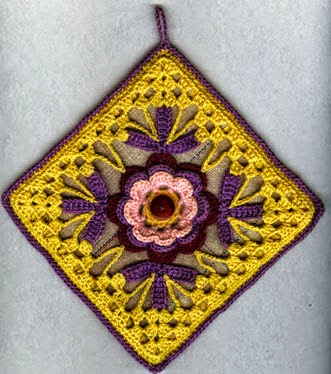Agarradera ganchillo con centro de flor