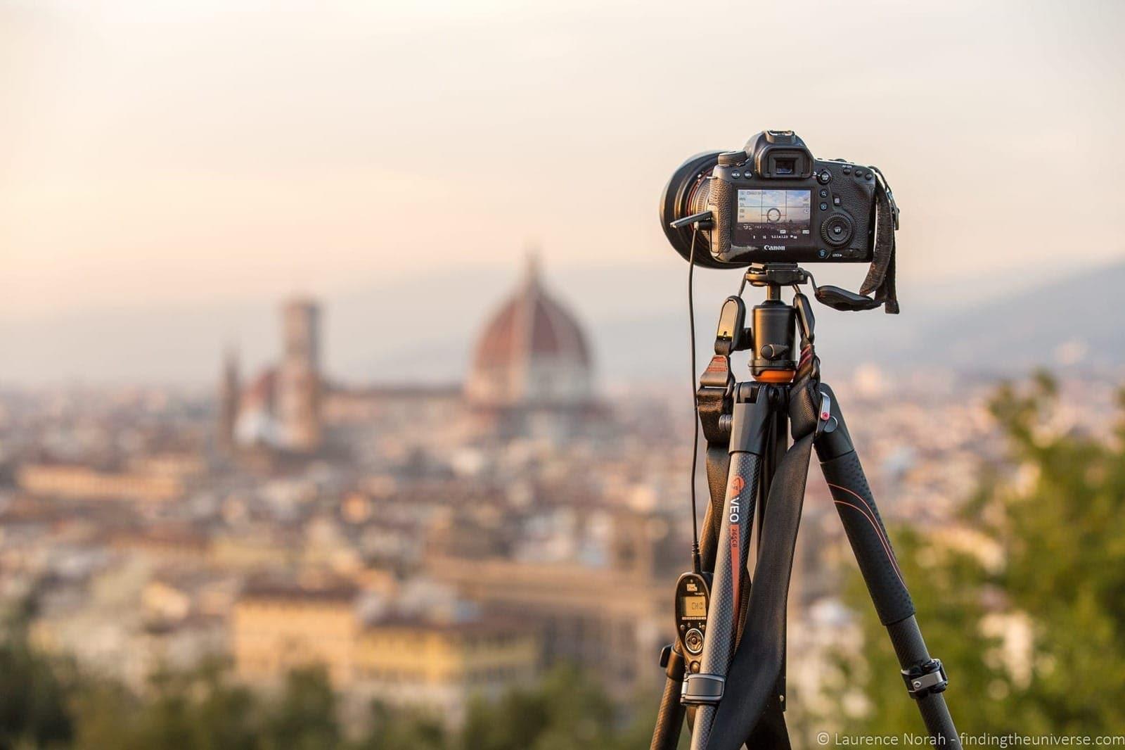 Menggunakan tripod pada kamera