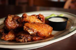 upieczone skrzydełka z kurczaka na talerzu