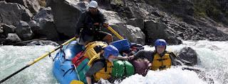 Bagaimana Melakukan Kegiatan Rafting atau Arung Jeram dengan keluarga yang aman?