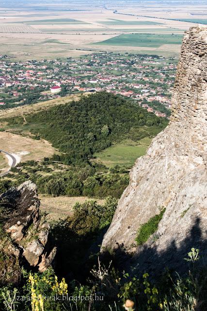 Kilátás a világosi várromból Világos falura a Zarándi-hegységben