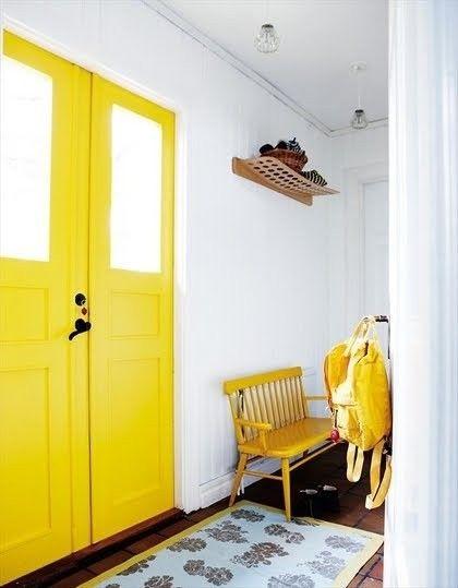 żółte drzwi, żółta ławka