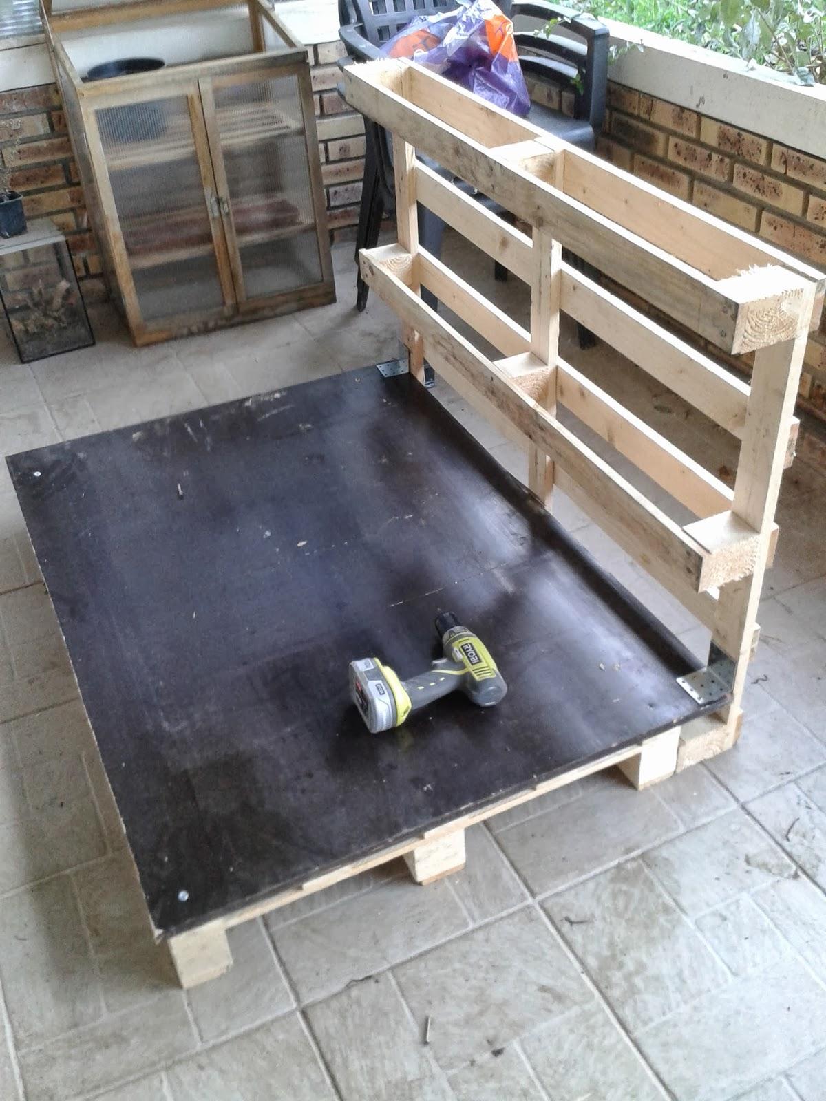 monjardindalsace construction d 39 un poulailler en palettes. Black Bedroom Furniture Sets. Home Design Ideas