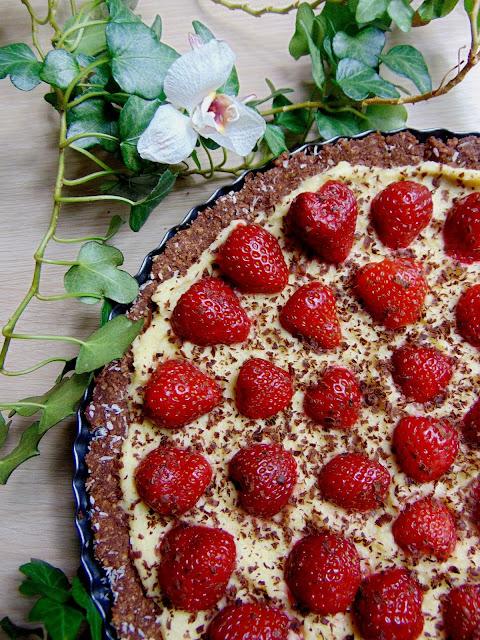 Tarta czekoladowa z kremem brzoskwiniowym i truskawkami