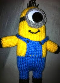 http://translate.google.es/translate?hl=es&sl=en&tl=es&u=http%3A%2F%2Ftheknitguru.com%2F2013%2F07%2F13%2Fdespicable-me-minion-toy-knitting-pattern%2F