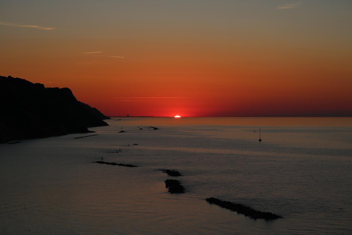 Viacolvento tramonti pesaresi for Cielo ventoso camper e noleggio di cabine