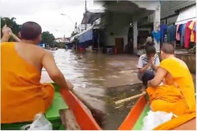 คุณพระช่วย!ของจริง พายเรือแจกอาหารชาวบ้าน