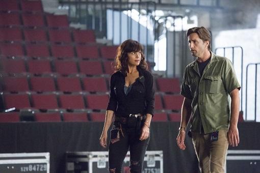Carla Gugino y Luke Wilson en Roadies (Showtime)