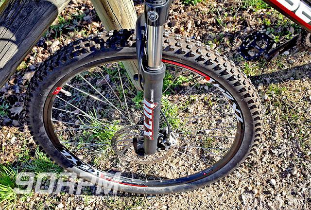 La foto mostra una ruota con calzato il copertone Kenda Nevegal: un onesto copertone tuttofare