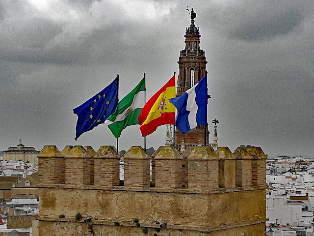 Alcazar de la Puerta de Sevilla con banderas