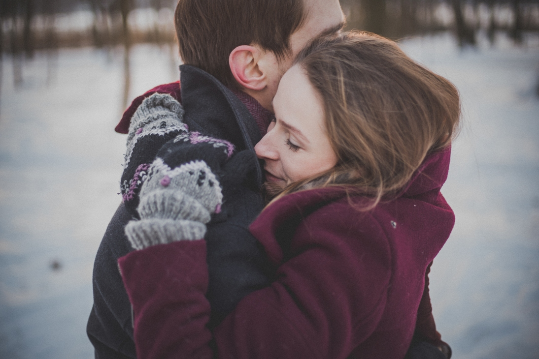 Beri ciuman mesra dan pelukan hangat.