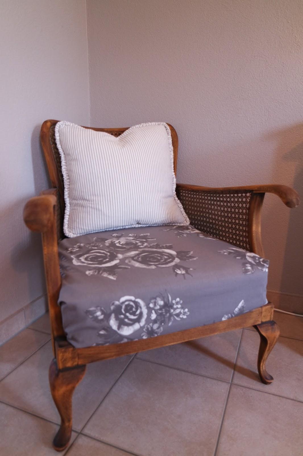 kleines gelbes haus alter sessel in neuem glanz. Black Bedroom Furniture Sets. Home Design Ideas