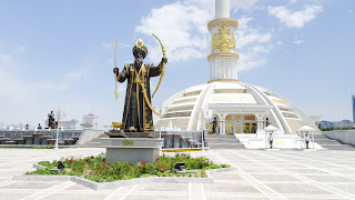 This statue carries the weapons of ancient Turkmenistan