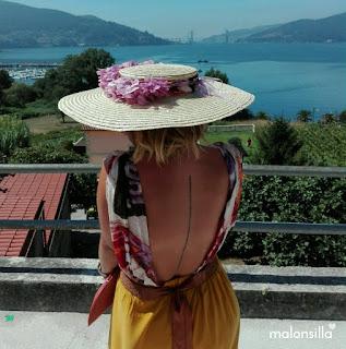 Look invitada boda con pamela de rafia tipo canotier by malonsila y flores preservadas color malva, escote espalda