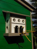 Fára épített ház gyerekeknek madáretetővel