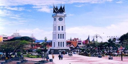 Melihat Keindahan Kota Bukit Tinggi Dari Menara Jam Gadang