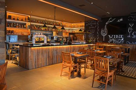 Quattro Pizza Bar, pizzaria com decoração rústica com peças em design clássico e madeira de demolição