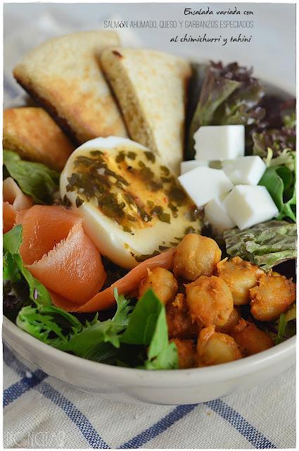 Ensalada variada de salmón ahumado, queso y garbanzos especiados al chimichurri y tahini