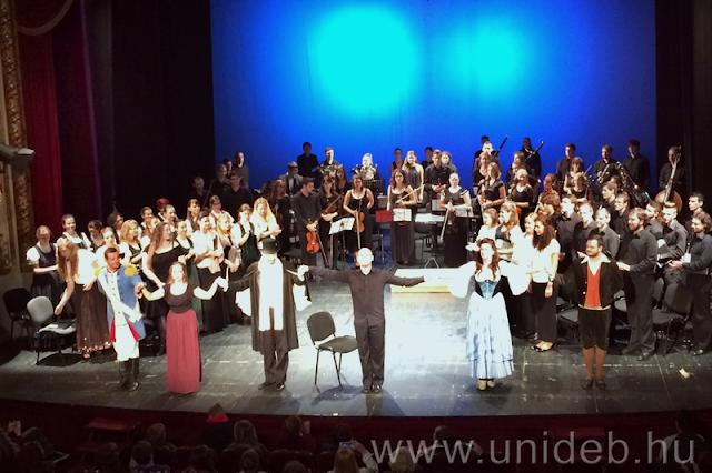 Nagyváradon és Nagykárolyban is nagy sikerrel mutatta be Donizetti: Szerelmi bájital című vígoperájának keresztmetszetét a Zeneművészeti Kar.